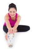 Donna adatta che allunga la sua gamba Immagine Stock