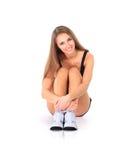 Donna adatta che allunga la sua gamba per riscaldare Fotografie Stock Libere da Diritti