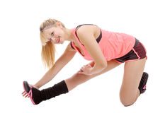 Donna adatta che allunga la sua gamba per riscaldare Fotografie Stock