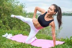 Donna adatta che fa addestramento della via di esercizi all'aperto, forma fisica, sport Fotografia Stock Libera da Diritti