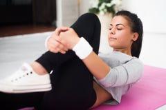 Donna adatta che fa allungamento di ginnastica di aerobica Fotografie Stock Libere da Diritti