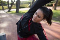 Donna adatta che fa allungando esercitazione Immagini Stock Libere da Diritti