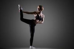 Donna adatta che fa allungando ginnastica Fotografie Stock