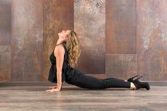 Donna adatta che fa posa di yoga di bhujanasana Immagine Stock Libera da Diritti