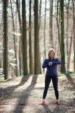 Donna adatta che fa yoga in foresta Fotografie Stock Libere da Diritti