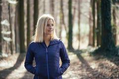 Donna adatta che fa yoga in foresta Fotografie Stock