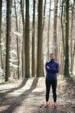 Donna adatta che fa yoga in foresta Immagini Stock Libere da Diritti