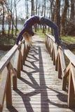 Donna adatta che fa yoga in foresta Immagine Stock Libera da Diritti