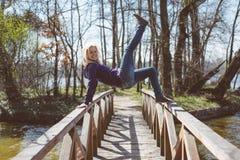 Donna adatta che fa yoga in foresta Immagini Stock