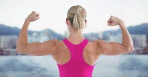 Donna adatta che flette i muscoli contro il fondo digitalmente generato fotografia stock