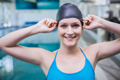 Donna adatta che mette sul cappuccio di nuotata Fotografia Stock Libera da Diritti