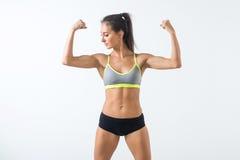 Donna adatta che mostra il bicipite che si scalda esercitazione facendo gli sport, allenamento di forma fisica Fotografia Stock Libera da Diritti