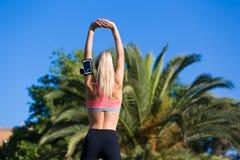 Donna adatta che prende rottura dopo l'allenamento all'aperto nel giorno di estate soleggiato Immagine Stock Libera da Diritti