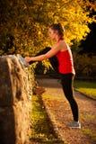 Donna adatta che risolve nel parco Immagini Stock Libere da Diritti
