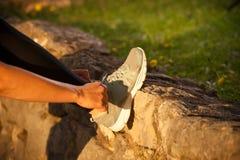Donna adatta che risolve nel parco Fotografia Stock