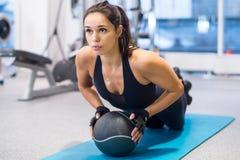 Donna adatta che si esercita con l'allenamento della palla medica Fotografia Stock