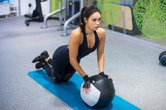 Donna adatta che si esercita con l'allenamento della palla medica Fotografie Stock Libere da Diritti