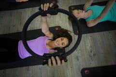 Donna adatta che si esercita con l'anello dei pilates Immagini Stock