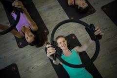 Donna adatta che si esercita con l'anello dei pilates Fotografia Stock Libera da Diritti