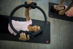 Donna adatta che si esercita con l'anello dei pilates Fotografie Stock Libere da Diritti