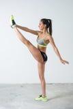 Donna adatta che si scalda esercitazione facendo gli sport, allenamento di forma fisica Fotografia Stock
