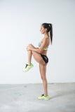 Donna adatta che si scalda esercitazione facendo gli sport, allenamento di forma fisica Fotografia Stock Libera da Diritti