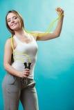 Donna adatta con la corda di salto Fotografie Stock Libere da Diritti