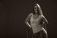 Donna adatta con la corda di salto Fotografie Stock