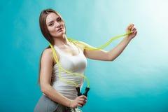 Donna adatta con la corda di salto Fotografia Stock Libera da Diritti