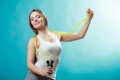 Donna adatta con la corda di salto Immagine Stock