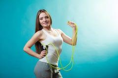 Donna adatta con la corda di salto Immagini Stock