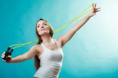 Donna adatta con la corda di salto Fotografia Stock