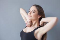Donna adatta dei giovani attraenti dopo avere svegliato Fotografia Stock