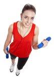 Donna adatta dei giovani che si esercita con i pesi Immagini Stock