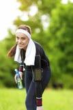 Donna adatta del Caucasian positivo felice all'aperto che fa esercizio di addestramento Fotografia Stock Libera da Diritti