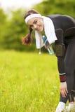 Donna adatta del Caucasian positivo felice all'aperto che fa esercizio di addestramento Immagine Stock