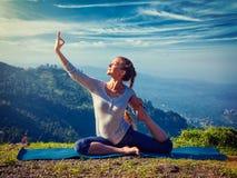 Donna adatta di Sorty che fa asana di yoga all'aperto in montagne Fotografia Stock