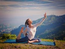Donna adatta di Sorty che fa asana di yoga all'aperto in montagne Immagine Stock Libera da Diritti
