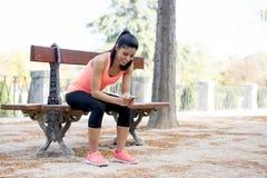 Donna adatta di sport che esamina prestazione d'inseguimento di app di Internet del telefono cellulare dopo l'allenamento corrent Immagini Stock Libere da Diritti