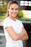 Donna adatta e sicura alla palestra di forma fisica Immagini Stock