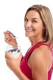 Donna adatta mangiante in buona salute Fotografia Stock Libera da Diritti