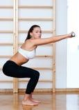 Donna adatta nella posa di forma fisica Immagini Stock Libere da Diritti