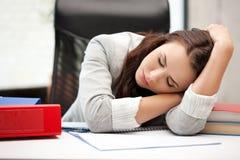 Donna addormentata con il libro Immagini Stock