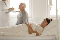 donna addormentata maggiore dell'ospedale della base fotografie stock libere da diritti