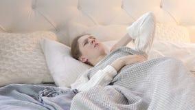 Donna addormentata scomoda con dolore al collo a letto video d archivio