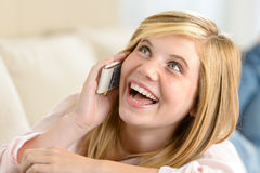 Donna adolescente allegra che ride rivolgendo al telefono Fotografia Stock Libera da Diritti