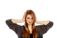 Donna adolescente che copre le sue orecchie fotografie stock
