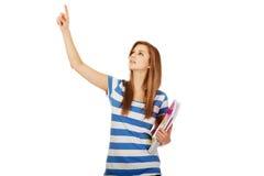 Donna adolescente che mostra copyspace o qualcosa Fotografia Stock