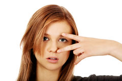 Donna adolescente con il segno di vittoria sull'occhio Fotografie Stock