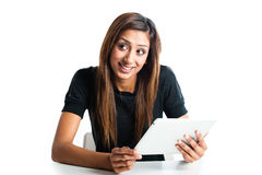 Donna adolescente indiana asiatica attraente che per mezzo di un computer della compressa Fotografie Stock